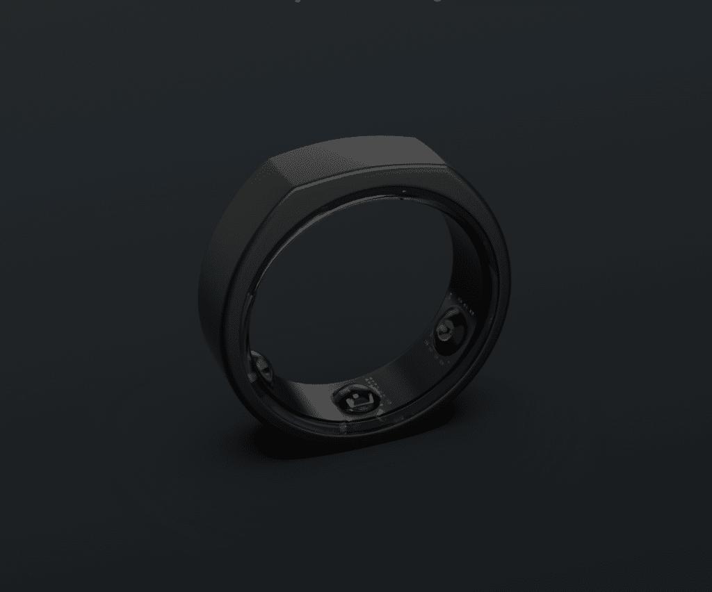 Musta mattapintainen sormus, jonka sisäpinnalla on näkyvissä kolme anturia.