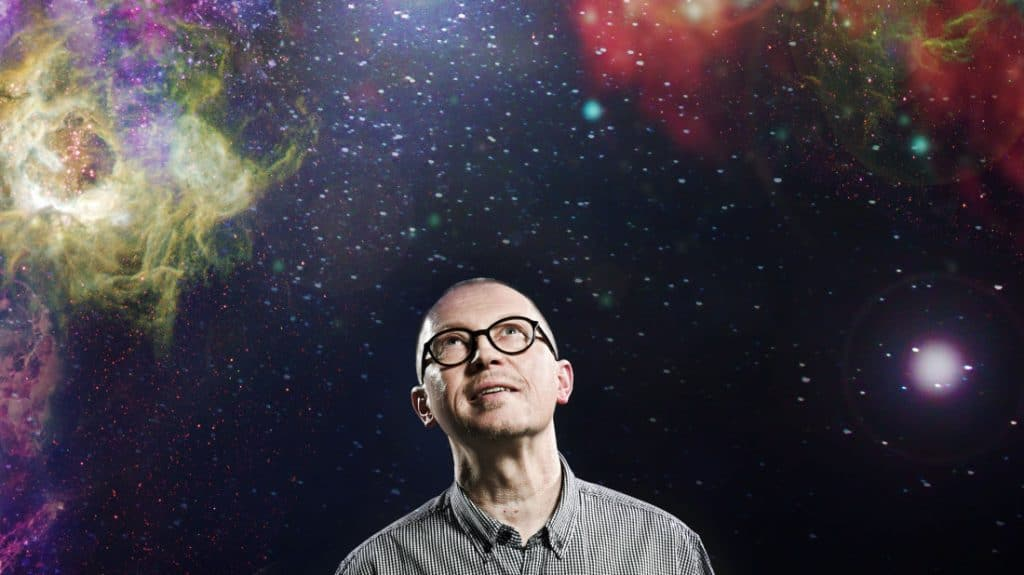 """Ohjelmasisällöstä vastaava Jukka Mikkola katsoo taivaalle """"avaruusromun"""" sekaan."""