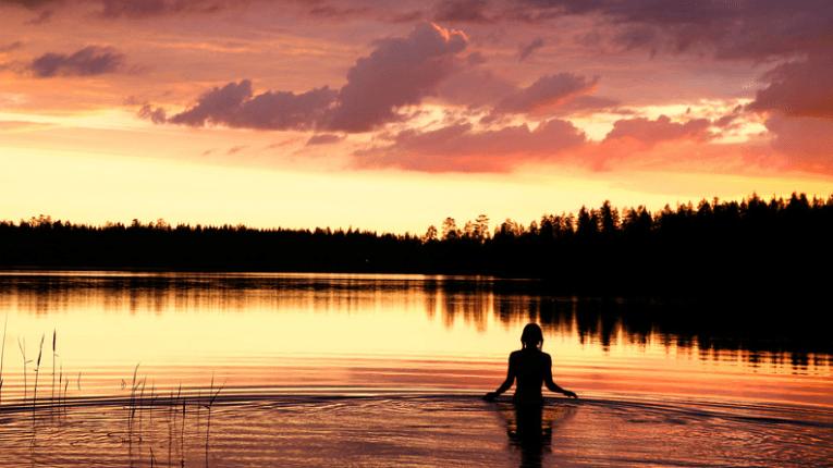 On kesäyö jossain päin Etelä-Suomea, ja aurinko on jo laskenut. Järveen on pulahtanut yöuinnista kiinnostunut. Kaunis, tunnelmallinen kuva.