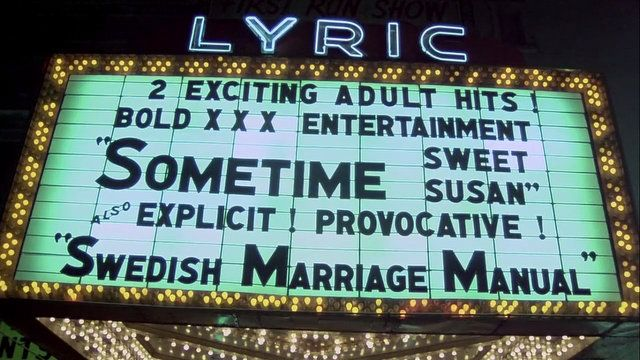 Mainostaulu elokuvateatterin sisäänkäynnillä. Näytöksenä elokuvat Sometime Susan ja Swedish Marriage Manual.