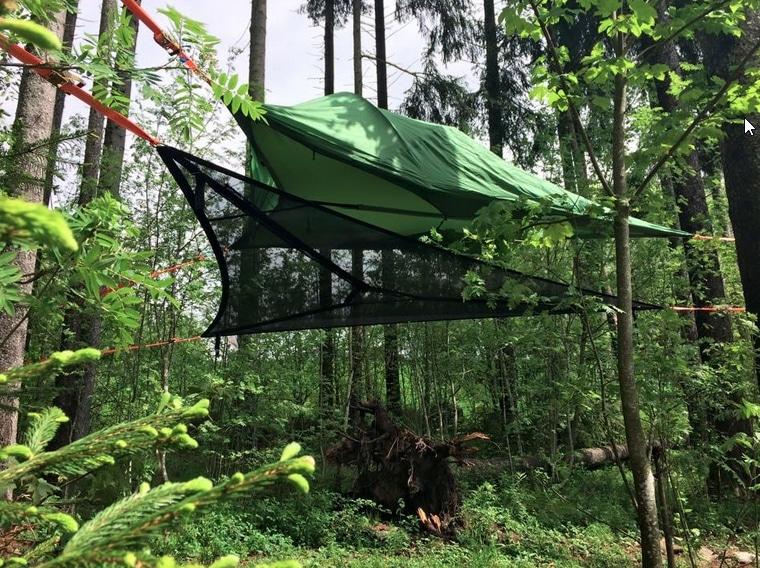 Uusinta uutta metsässä majoittumiselle: puita säästävä ripustus kevylle verkkovuoteelle ja sen päällä olevalle katokselle. Lähimpänä tätä on perinteinen riippumatto, mutta se ei tosiaankaan vastaa tällaista.