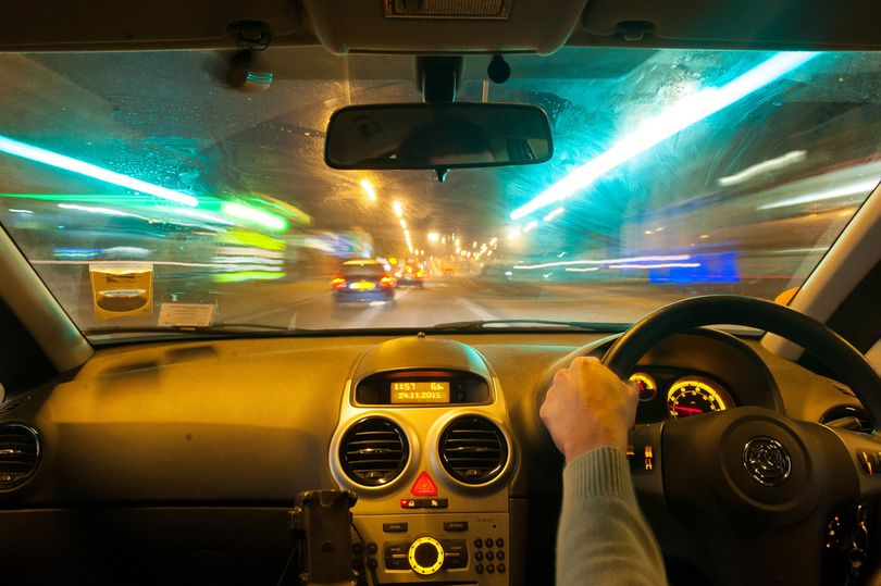 Aamuyöllä kotiin autoilevan näkökenttä on sumea ja toiset autot erottuvat huonosti katuvaloista huolimatta.
