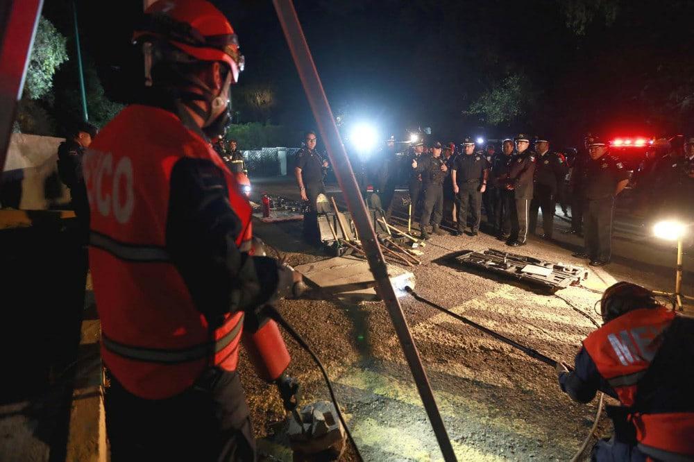Yön pimeydessä pelastustöistä vastaavat palomiehet ja poliisit huolehtivat turvallisuudestamme.
