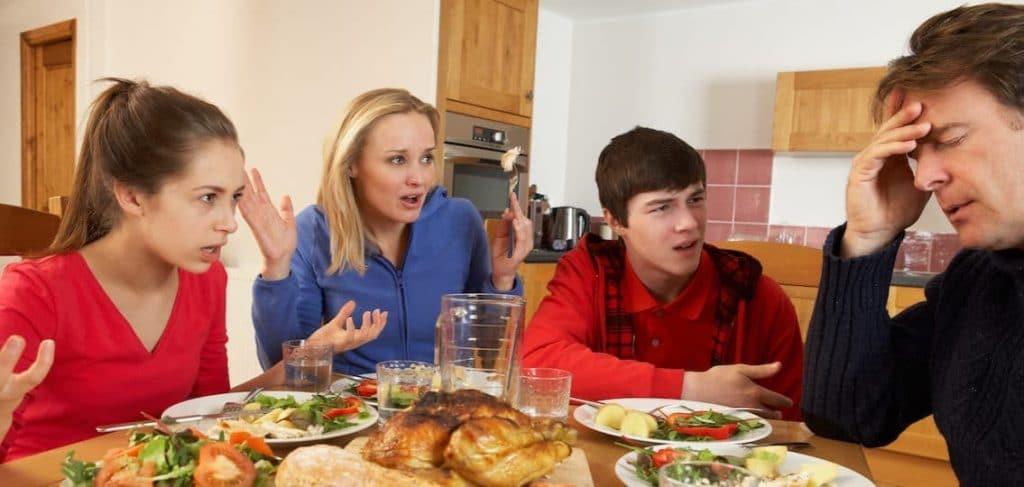 Nelihenkinen perhe istuu ruokailemassa. Äiti ja lapset vaikuttavat olevan ärtyneitä ja hämmästyneitä ja vaativat isältä selitystä. Isä istuu käsi otsallaan ja näyttää uupuneelta.
