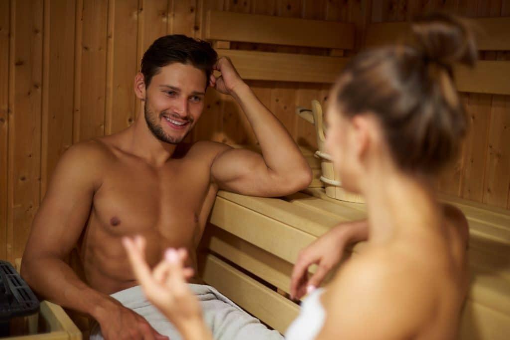 Nuori pariskunta nauttii saunasta ja yhdessäolosta.