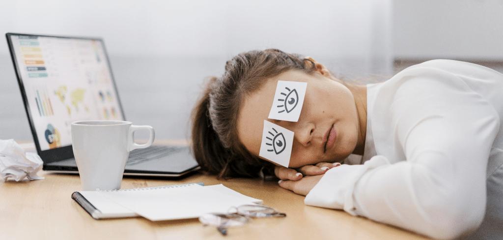 Työn tekeminen ei onnistu, kun makaa pöydällä unisena ja vaikka silmien tilalla on (tässä kuvassa) paperilaput, johon on piiretty silmät, joissa luomet ovat pirteästi auki.